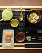 Japanisches Menü mit Suppe, Sushi, Nudelgericht und Tee