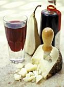 Pecorino mit Käsemesser, Rotwein, Birne und Balsamicoessig