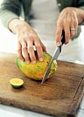 Papaya anschneiden