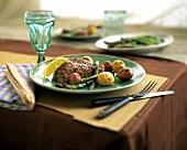 Thunfischfilet in Pfefferkruste mit Spargel und Kartoffeln
