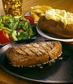 Rindersteak mit Baked Potato und Salat