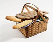 Baguettebrote & Trauben in einem Picknickkorb