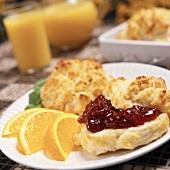 Biscuit mit Erdbeermarmelade und Orangenschnitzen