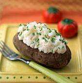 Baked Potato, bestreut mit geschnittenen Frühlingszwiebeln