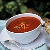 Tomatensuppe mit Mais in weisser Suppenschale