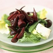 Beetroot salad with sugar snap peas and cheese
