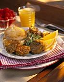 Deftiges Frühstück mit Frikadellen und Biscuit (USA)