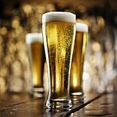 Drei Gläser helles Bier