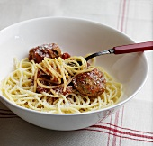 Spaghetti with meatballs and grated cheese