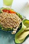 Fein gehackter Hähnchensalat auf Blattsalat