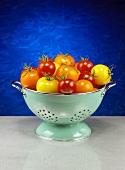 Verschiedene Tomaten im Abtropfsieb