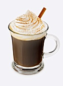 Irish Coffee in Glastasse mit Zimtstange