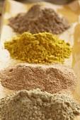 Vier verschiedene Gewürze (Amla, Curry etc.)