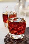 Black Russian Cocktail mit Eiswürfeln und Cocktailkirsche