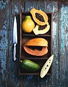 Papayas, ganz, halbiert und Schnitz