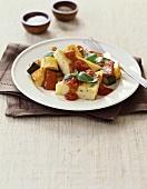 Polentaschnitten mit Tomatensauce und gebratenem Gemüse