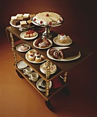 Servierwagen mit verschiedenen Kuchen und Gebäck zum Kaffee