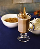 Heiße Schokolade mit mit Schoko-Sahne und Zimtstange