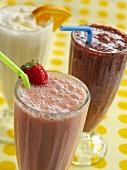 Drei Smoothies (Erdbeere, Himbeere und Zitrusfrucht)