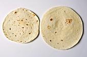 Zwei neutrale Tortillas