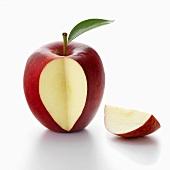 Ein roter Apfel, ein Stück ausgeschnitten