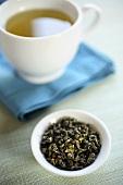 Grüner Tee und getrocknete Teeblätter