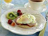 Breakfast: English muffin, ham, egg, fruit, tea (USA)