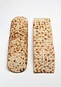 Zwei Reihen Matzoh Cracker (rund und quadratisch)