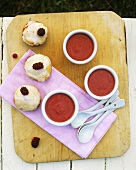 Raspberry soup with small pastries