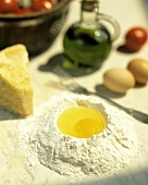 Mehl mit aufgeschlagenem Ei, Parmesan, Olivenöl, Tomaten