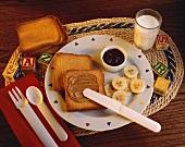 Toast mit Erdnussbutter & Bananenscheiben, dazu Milch