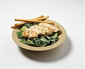 Caesar Salad mit gegrillter Hühnerbrust & Grissinis