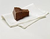 Ein Schokoladenstück auf Stoffserviette