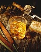 Glas Whiskey, umgeben von Fischerutensilien