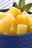 Ananasstücke in einer blauen Schüssel