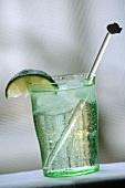 Gin Tonic mit Eiswürfeln und Limettenschnitz