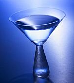 Martiniglas, blau beleuchtet