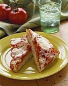Sfincione con la mozzarella (Sizilianische Pizza, Italien)