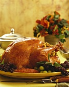 Gefüllter Truthahn, garniert mit Trauben, zu Thanksgiving