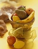 Marzipanfrüchte im Topf mit goldener Schleife