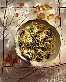 Spaghetti mit Farnspitzen und Artischocken