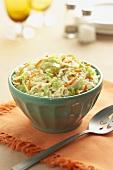Eine Schüssel Krautsalat mit Möhren und Croutons