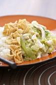 Hühnerfleisch mit Gemüse, fritierten Nudeln & Reis
