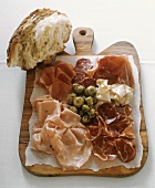 Affettato con pane e carciofini (Cold cuts with bread)
