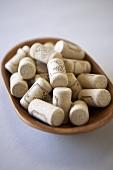 Holzschale mit Weinkorken