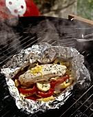 Hähnchenbrust mit Zucchini und Paprika in Alufolie auf Grill