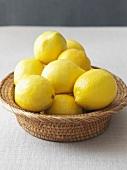 Zitronen in einem Obstkorb