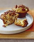 Ganzer und angebrochener Pekannuss-Muffin