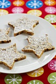 Pecannuss-Shortbread-Sterne auf Teller