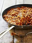 Spaghetti Bolognese in einer Pfanne mit Käse gratiniert